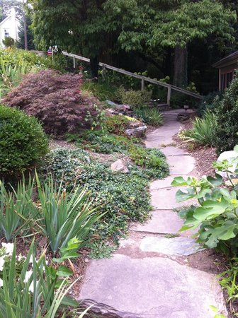 The Ledge House Bed and Breakfast: Pretty walkway leading to the B&B