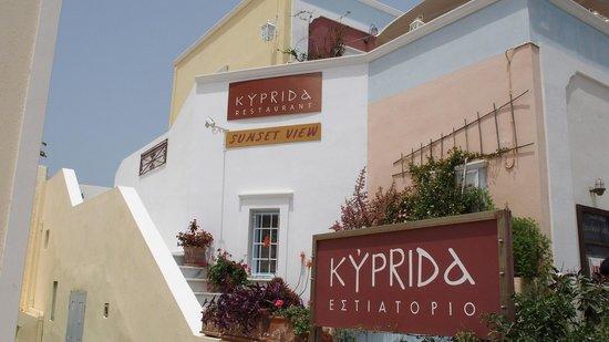 Kyprida Restaurant: L'entrée, un peu à l'écart de la foule à OIA