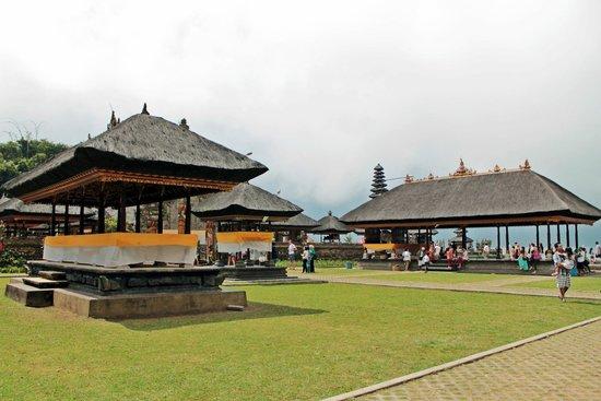Ulun Danu Bratan Temple: temple grounds