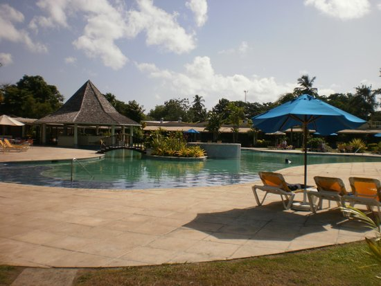 Turtle Beach by Rex Resorts: Poolside at midday