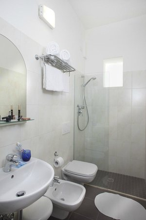 Hotel Villa Perazzini: Bagno con box doccia