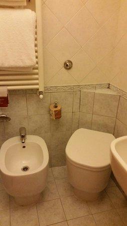 Hotel Montreal: Double room- bathroom