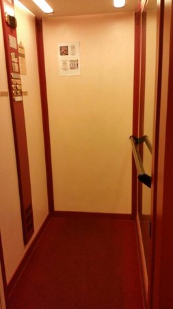 Hotel Montreal: Lift access to 1st floor