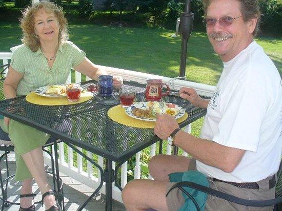 Stonewall Jackson Inn : Breakfast on the Veranda