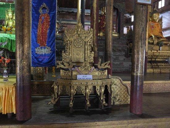 Nga Phe Kyaung Monastery: 高僧の椅子