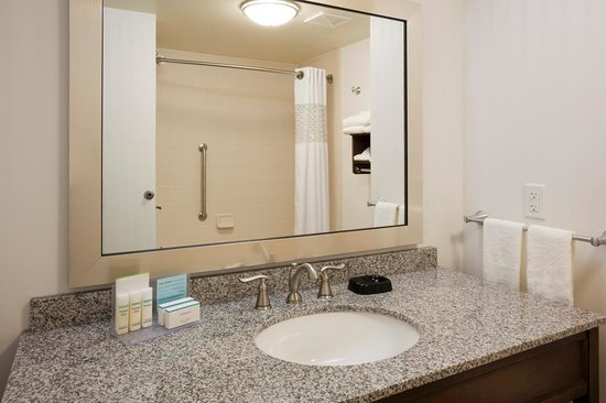 Hampton Inn & Suites Minneapolis / West-Minnetonka : Bath tubs or walk in showers available at the Hampton Inn & Suites Minnetonka