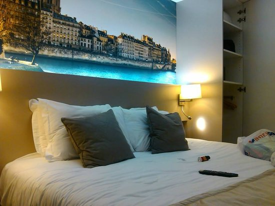 Midnight Hotel Paris : Bed in our room, I love the picture of Paris above it