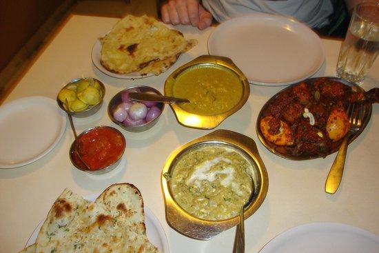 unser tisch voller indischer speisen - picture of food inn, mumbai, Esszimmer dekoo