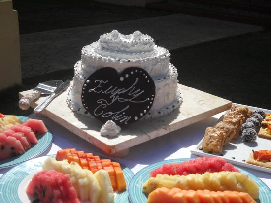 Paradisus Varadero Resort & Spa: The 3-tiered cake & refreshment provided by the resort