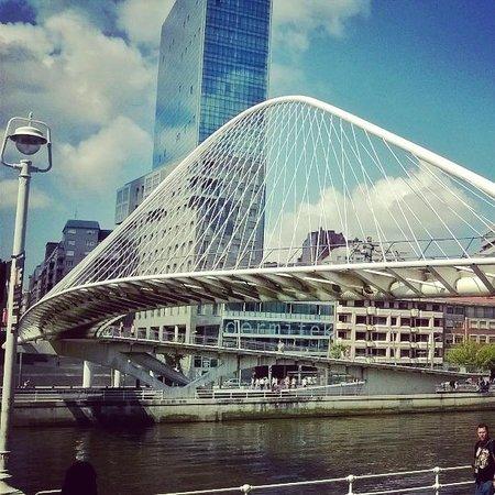 White Bridge (Zubi Zuri): Zubizuri. El puente blanco. Bilbao.