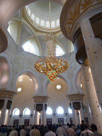 Mosquée Cheikh Zayed : Fancy Chandler with colored crystals