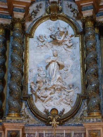 Chiesa di Sant'Ignazio di Loyola: Grupo escultórico enmarcado en dorado con columnas en mármol
