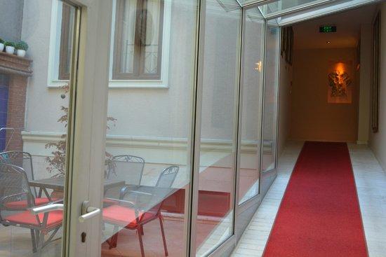Hotel Seraglio : Hallway to the restaurant and breakfast room