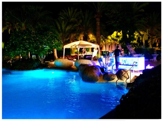 Hotel H10 Big Sur Boutique Hotel: Pool side DJ entertainment.