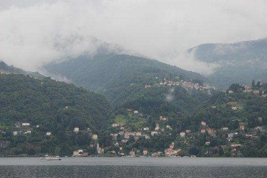 Hotel Fioroni: Vue sur le Lac, un matin, depuis la chambre 2 (une fenêtre de balcon ouverte).