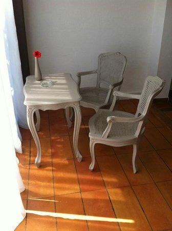 Hôtel Le Roi Théodore : Salon de la chambre