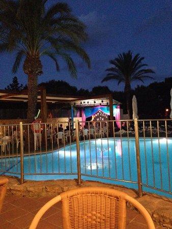 Apartamentos Cala d'Or Playa: Night time entertainment