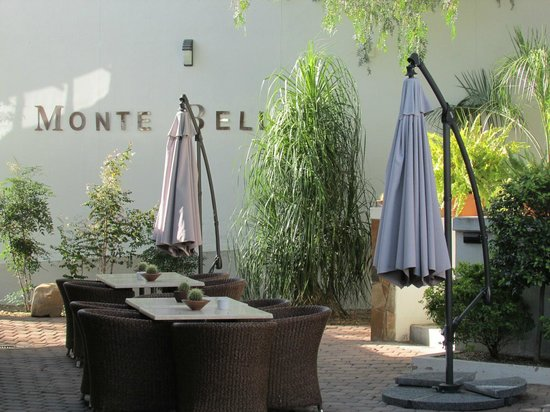 Monte Bello Guesthouse: Patio dining area