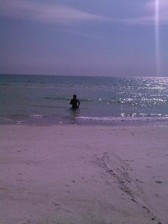Mainsail Beach Inn: Clear water