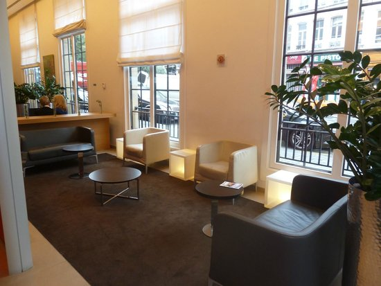 Novotel Brussels Grand Place: Lobby continued...cozy seating area