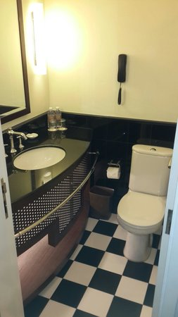 Copthorne King's Hotel Singapore: Small bathroom but clean and comfy