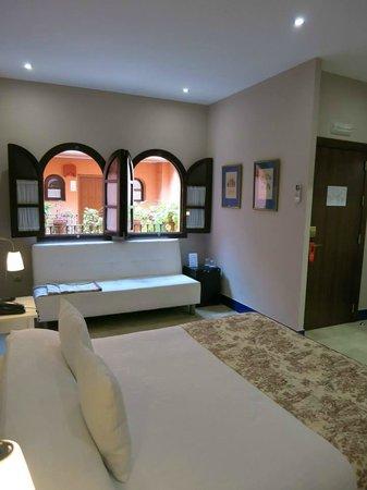 Hotel Patio de la Alameda: Habitación con vistas a nuestros patios andaluces