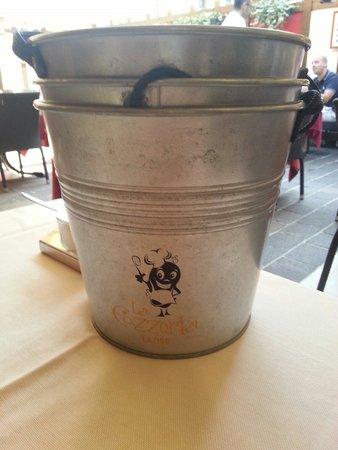 Cozzeria Alle Mura: Secchiello per gusci cozze..:)