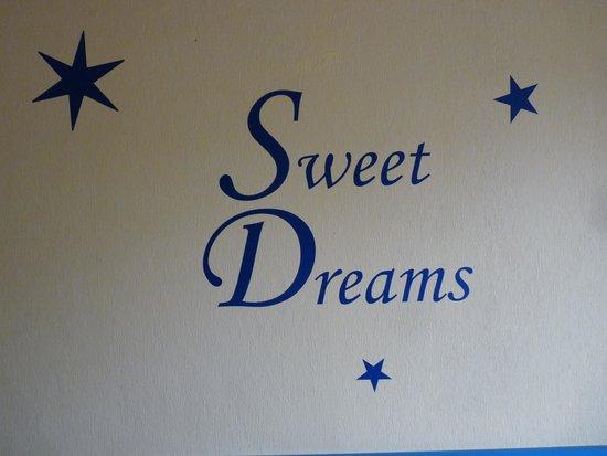 Wolffhotel : Wandbeschreibung im Zimmer