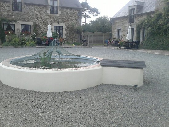 La Lohuas Gites: The main fish pond :-)