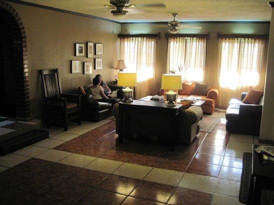 Hotel Humuya Inn: Sitting area off entranceway