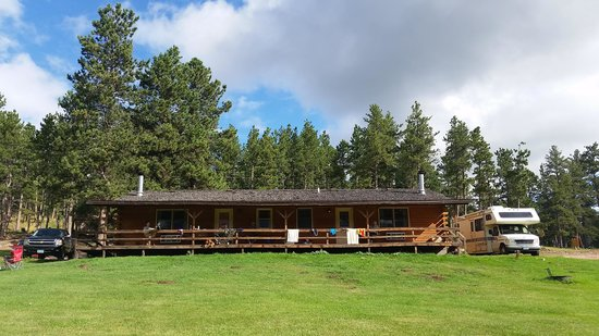 Mount Rushmore KOA at Palmer Gulch Resort: Awesome cabin that we stayed at.
