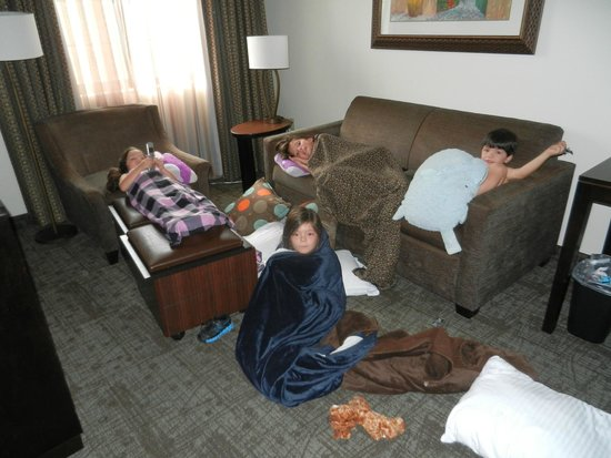 Staybridge Suites Naples-Gulf Coast: Kids watching movies in the suite