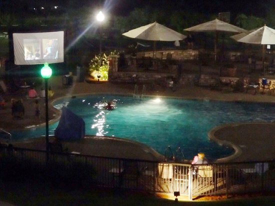 Holiday Inn Resort Lake George: Movie night at the outdoor pool