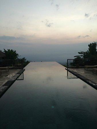 Munduk Moding Plantation : piscine le soir