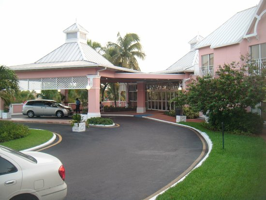 Comfort Suites Paradise Island: Front of hotel