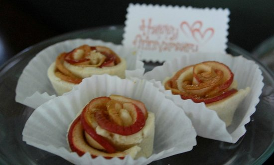 21 East Battery Bed and Breakfast : Apple Roses baked for us by Julie.
