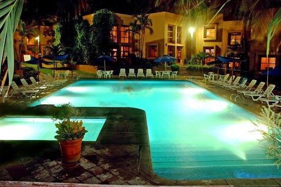 Villas El Rancho Green Resort: Alberca de noche