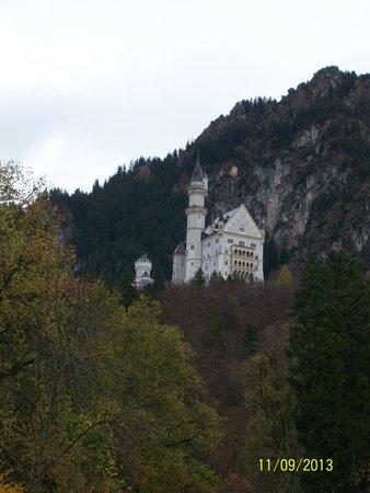 Castillo de Neuschwanstein: From a distance; Autumn