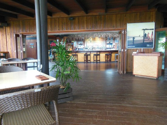 Uprising Beach Resort: Dining area and bar