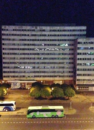 ONE80° Hostels Berlin: edificio di fronte all'ostello