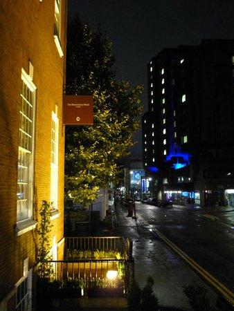 The Bloomsbury: Vista nocturna desde la entrada del hotel