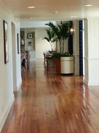 Hampton Inn & Suites Myrtle Beach/Oceanfront: Lobby hallway