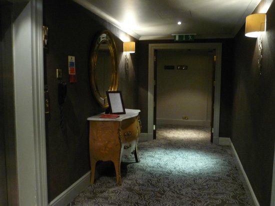 The Bloomsbury: Rellano ascensor planta cuarta