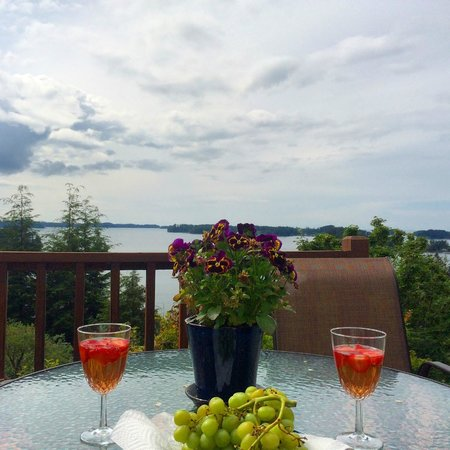 Jamestown Bay Inn Bed and Breakfast: Patio lounging at its finest.