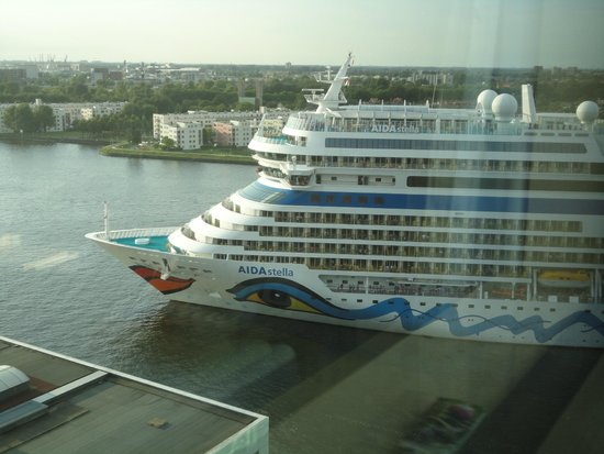 Movenpick Hotel Amsterdam City Center: you can see great ships every day