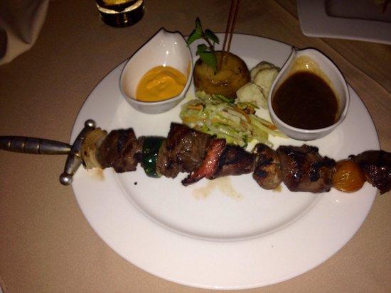 Sage Restaurant & Wine Bar: Fillet skewer with dips & veg
