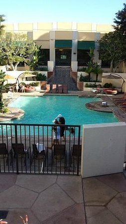 San Diego Marriott Mission Valley : Pool looks inviting