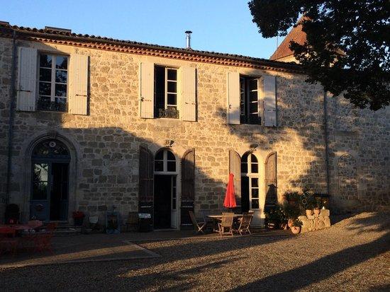 Lusignan Petit, Francia: La façade de cet ancien presbytère