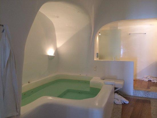 Kirini Suites & Spa: bathroom
