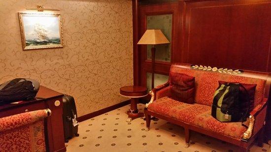 Salvo Hotel Shanghai: гостинная в номере
